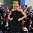 A modelo e apresentadora Renata Kuerten apostou em um longo de penas pretas para prestigiar o Festival de Cinema de Veneza nesta quarta-feira, 30 de agosto de 2017