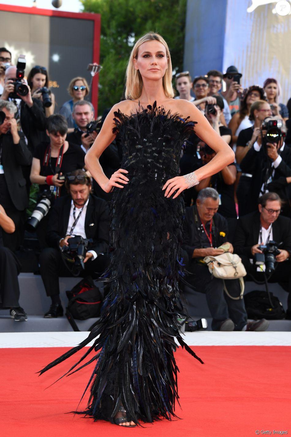 A modelo e apresentadora Renata Kuerten apostou em um longo de penas pretas  para prestigiar o 4ebc1e6c00