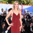 A atriz italiana  Eva Riccobono apostou em um brilhoso longo na cor vinho para o Festival de Cinema de Veneza nesta quarta-feira, 30 de agosto de 2017
