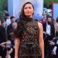 A atriz  Hong Chau vestiu Elie Saab pré-outono 2017  no Festival de Cinema de Veneza nesta quarta-feira, 30 de agosto de 2017