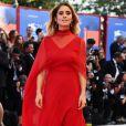 A atriz italiana Greta Scarano apostou no vermelho com um longo Alberta Ferretti  no Festival de Cinema de Veneza nesta quarta-feira, 30 de agosto de 2017