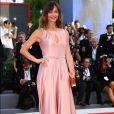 A atriz italiana  Francesca Cavallin apostou em um longo rosa   Max Mara para ir ao  Festival de Cinema de Veneza nesta quarta-feira, 30 de agosto de 2017
