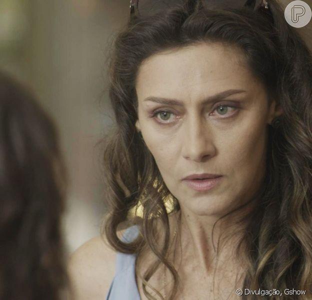 Joyce (Maria Fernanda Cândido) bate com sua bolsa na cara de Irene (Débora Falabella) ao ser confrontada pela rival, na novela 'A Força do Querer', em setembro de 2017