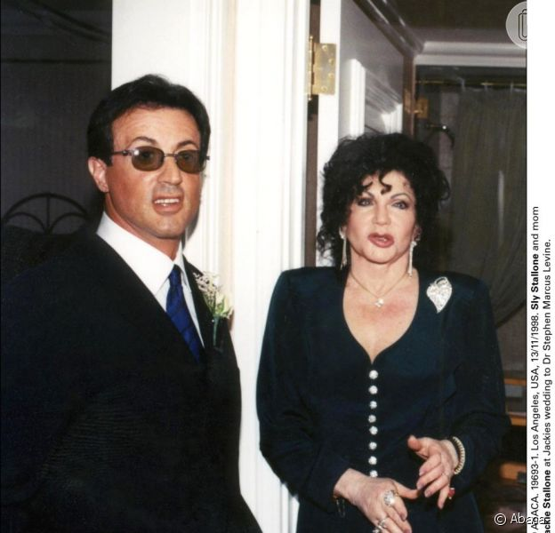 Sylvester Stallone é acusado de ter agredido a meia-irmã Toni-Ann Filiti, mas a mãe, Jackie Stallone, diz que a filha inventou tudo para fazer chantagem; informação foi publicada no jornal americano 'New York Post' em 24 de janeiro de 2013
