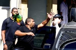 Demi Lovato é salva por segurança após fã atirar objeto na cantora, no Rio