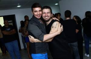 Netinho curte show de Saulo Fernandes e ganha abraço carinhoso do cantor