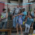 Selma (Luciana Paes) arrasta o noivo Romildo (Eliseu Paranhos) para o altar, no último capítulo de 'Além do Horizonte'
