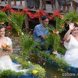 As noivas chegam de barco para a cerimônia, no último capítulo de 'Além do Horizonte'