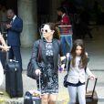 Claudia Raia desembarca com a filha no aeroporto do Rio