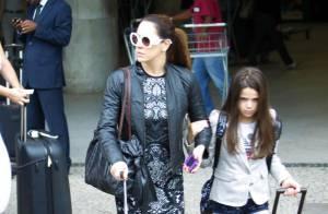 Claudia Raia desembarca acompanhada da filha em aeroporto do Rio