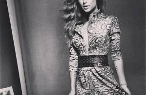 Thaila Ayala usa vestido com decote generoso para estrelar campanha