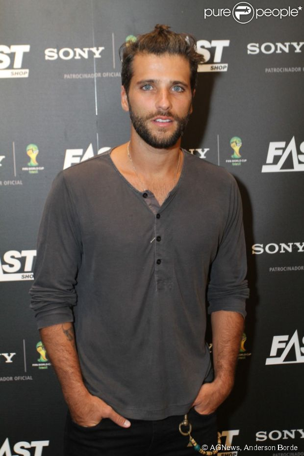 Bruno Gagliasso foi ao coquetel da marca Sony, na loja Fast Shop, no Barra Shopping, Zona Oeste do Rio de Janeiro, nesta quinta-feira, 8 de maio de 2014