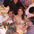 Fernanda Paes Leme senta no colo de Eri Johnson durante show de Roberto Carlos