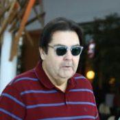 Fausto Silva passeia em shopping do Rio e conversa com paparazzo