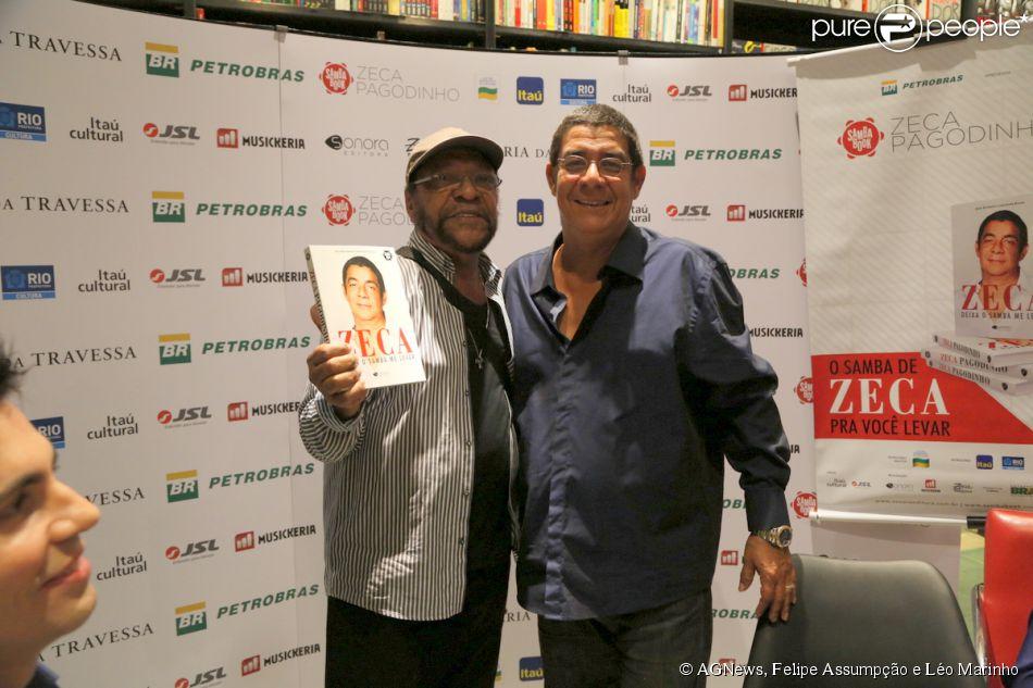 Zeca Pagodinho recebe Martinho da Vila no lançamento de sua biografia, 'Deixe o samba me levar', no Rio de Janeiro, em 21 de maio de 2014