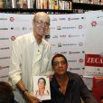 Zeca Pagodinho posa com fãs e autores de sua biografia
