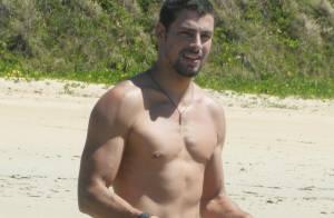 Cauã Reymond posa sem camisa em Fernando de Noronha, onde curte férias com Grazi