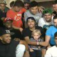 Neymar recebe os amigos e o filho, Davi, durante videoconferência no 'Domingão do Faustão'