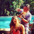 Grazi Massafera posta foto cortando o cabelo na beira da piscina, pelo cabeleireiro Celso Kamura