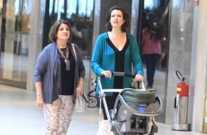 Larissa Maciel faz compras em shopping no Rio com a filha, de 3 meses