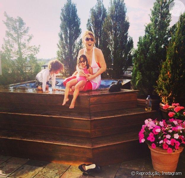 Mariah Carey registrou e dividiu com os fãs um momento com seus filhos, nesta sexta-feira, 6 de junho de 2014