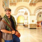 'Salve Jorge': Demir (Tiago Abravanel) ajuda Morena (Nanda Costa) na Turquia