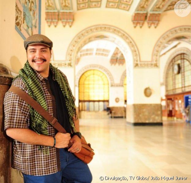 Demir (Tiago Abravanel) conhece Morena (Nanda Costa) na boate quando ela desmaia em seus braços, em 'Salve Jorge', em 6 de fevereiro de 2013