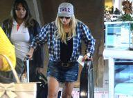 Antonia Fontenelle caminha por aeroporto com bota ortopédica