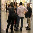 Em seguida, Fátima Bernardes foi embora sozinha, enquanto Eri Johnson continuou falando com os amigos