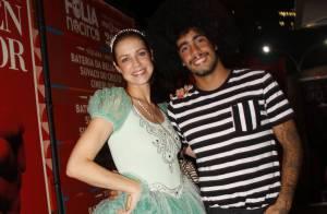 Luana Piovani, de princesa, e Pedro Scooby, com black power, curtem pré-carnaval
