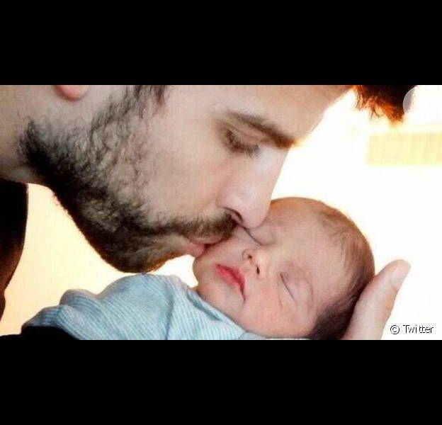 Shakira mostra o rosto de seu filho, Milan, pela primeira vez; menino surgiu nos braços do pai, o zagueiro Gerard Piqué, do Barcelona, em foto no Twitter da cantora, em 4 de fevereiro de 2013
