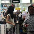 Giovanna Antonellifez compras em uma loja acompanhada de um amigo