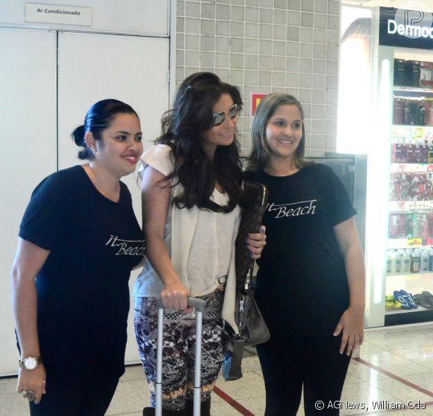 Giovanna Antonelli posa com fãs em aeroporto do Rio e esbanja simpatia 24 de junho de 2014