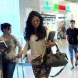 Giovanna Antonelli posa com fãs em aeroporto do Rio e esbanja simpatia