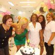 Cida Moraes comemora aniversário em seu salão de beleza, no Rio, em outubro de 2012