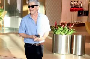 José Mayer vai a salão de beleza no Rio e tira foto com recepcionista