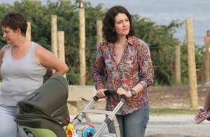 Larissa Maciel passeia com a filha, Milena, na orla do Rio de Janeiro