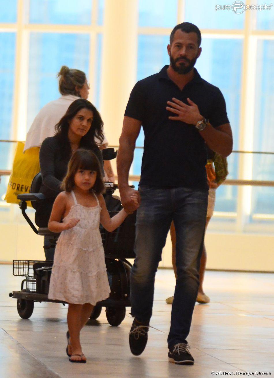 Malvino Salvador foi ao shopping Rio Design, na Barra da Tijuca, Zona Oeste do Rio de Janeiro, acompanhado da filha, Sofia, e da namorada, Kyra Gracie, nesta quinta-feira, 10 de julho de 2014