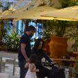 Malvino Salvador, Kyra Gracie e Sofia comeram em um restaurante do shopping