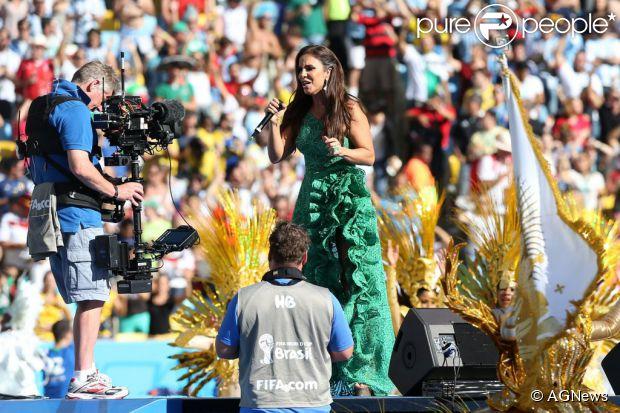 Ivete Sangalo usou vestido da estilista Martha Medeiros na cerimônia de encerramento da Copa do Mundo, neste domingo, 13 de julho de 2014 - fotos Purepeople