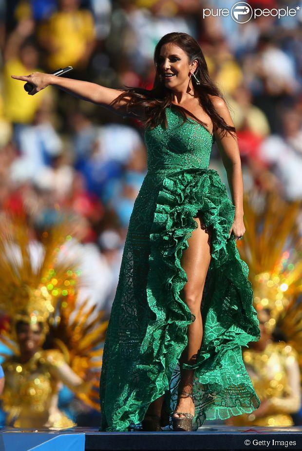 Ivete Sangalo usou vestido da estilista Martha Medeiros na cerimônia de encerramento da Copa do Mundo, neste domingo, 13 de julho de 2014