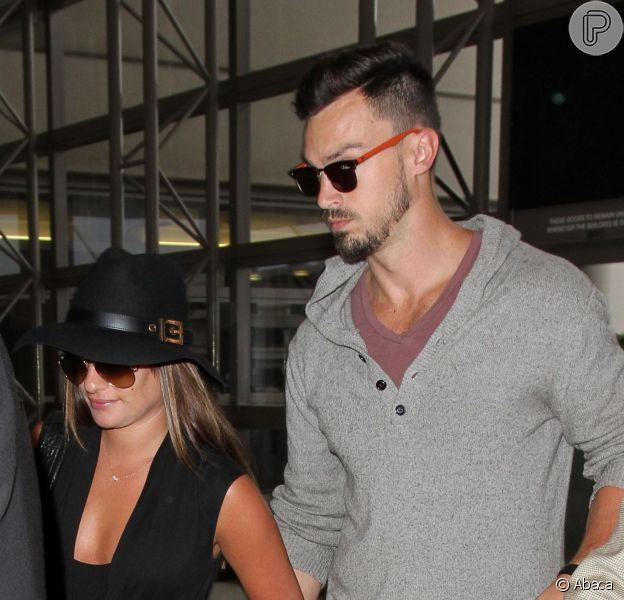 Lea Michele e Matthew Paetz foram vistos no aeroporto de Los Angeles, nos EUA, nesta quarta-feira, 16 de julho de 2014