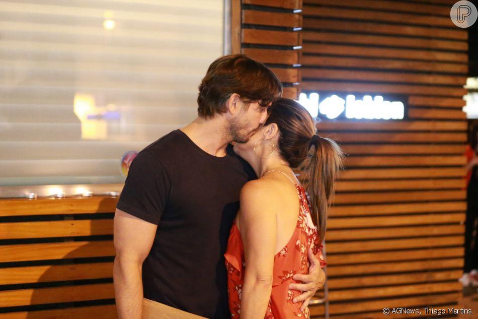Vladimir Brichta deu beijo e abraços na mulher, Adriana Esteves, no Dia dos Namorados, comemorado nesta terça-feira, dia 12 de junho de 2018