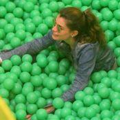 Alinne Moraes brinca em piscina de bolinha de shopping com o filho, Pedro.Fotos!