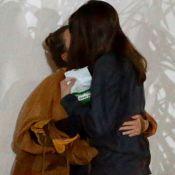 Bruna Linzmeyer dá beijo em namorada, Priscila Visman, após jantar. Veja fotos!