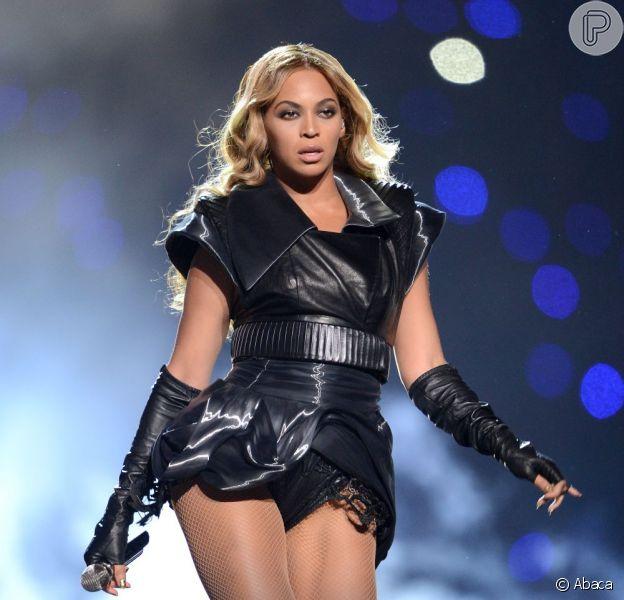 Beyoncé arrasa no Super Bowl, mas recebe críticas de organização protetora dos animais por usar figurino de couro, diz revista 'US Weekly' em 6 de fevereiro de 2013