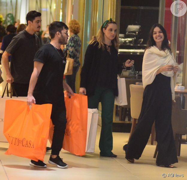 Grávida, Isis Valverde ganha ajuda com sacolas após dia de compras nesta sexta-feira, dia 22 de junho de 2018