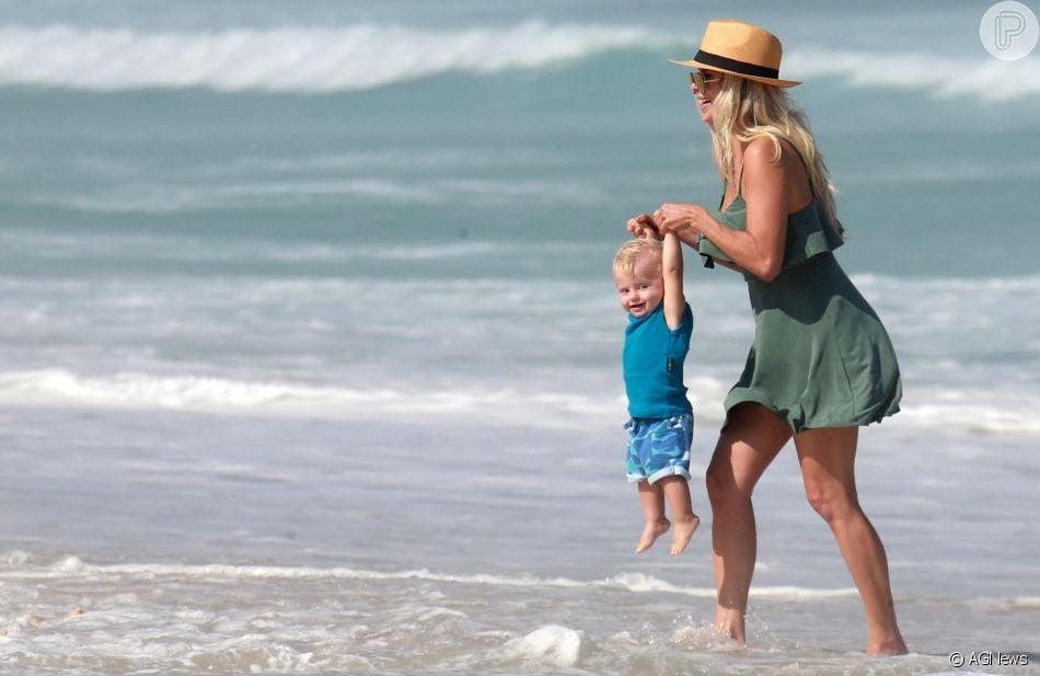 Fofura à beira-mar! Karina Bacchi e o filho, Enrico, brincam na praia da Barra da Tijuca neste sábado, dia 23 de junho de 2018