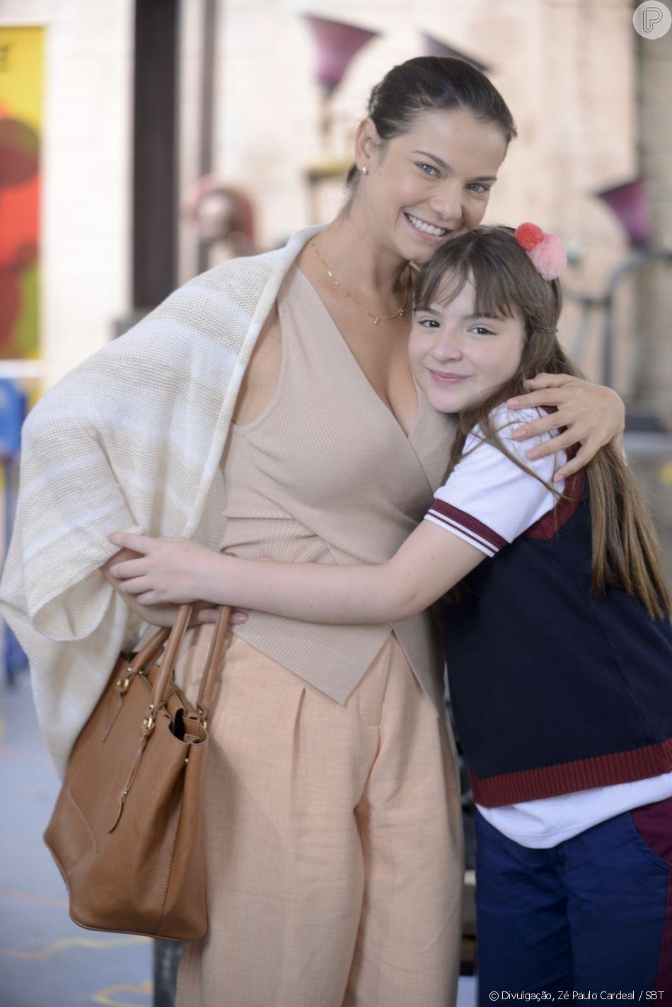 Poliana (Sophia Valverde) comemora ao ser informada por Luísa (Milena Toscano) que vai permanecer no Ruth Goulart, no capítulo que vai ao ar quinta-feira, dia 5 de julho de 2018, na novela 'As Aventuras de Poliana'