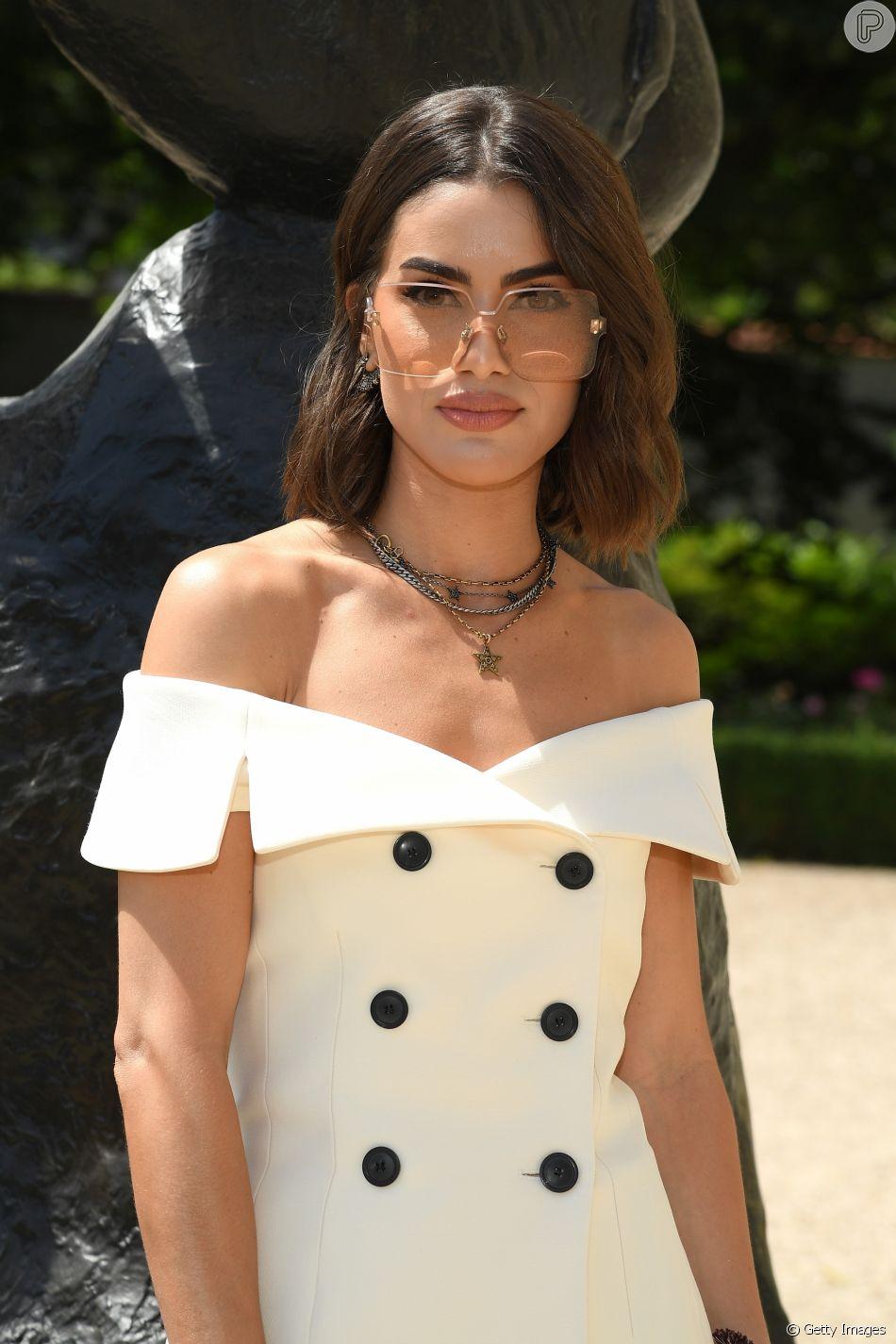 A influencer Camila Coelho investiu no decote ombro a ombro e nos óculos com cara de anos 90 da Dior